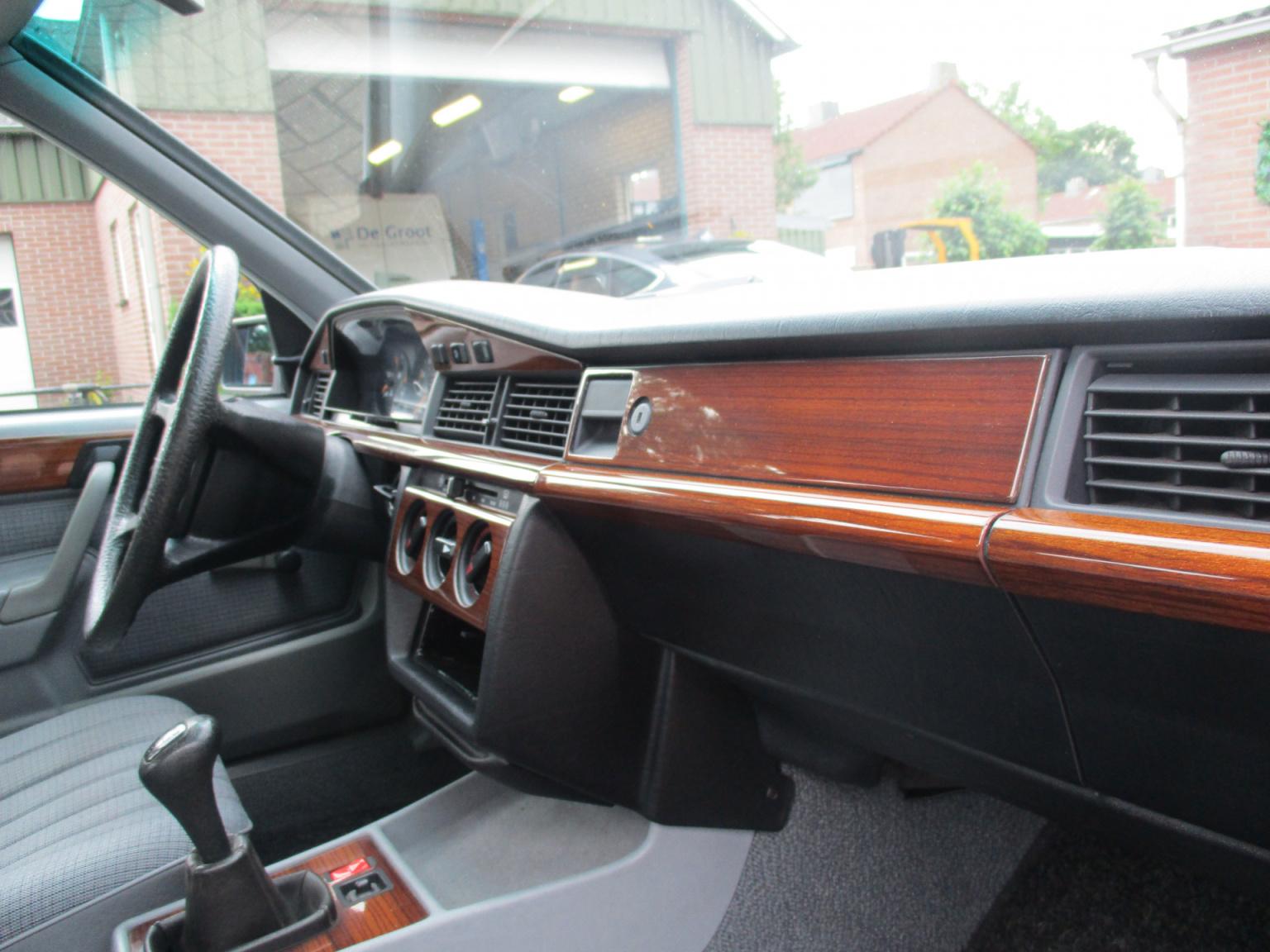 Mercedes-Benz-190-29