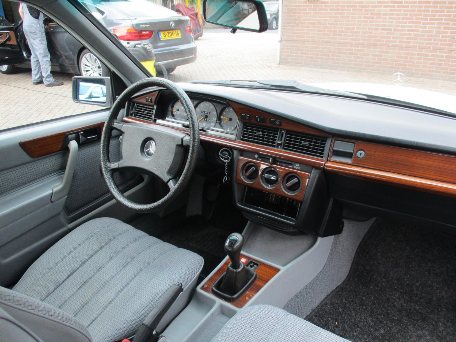Mercedes-Benz-190-21