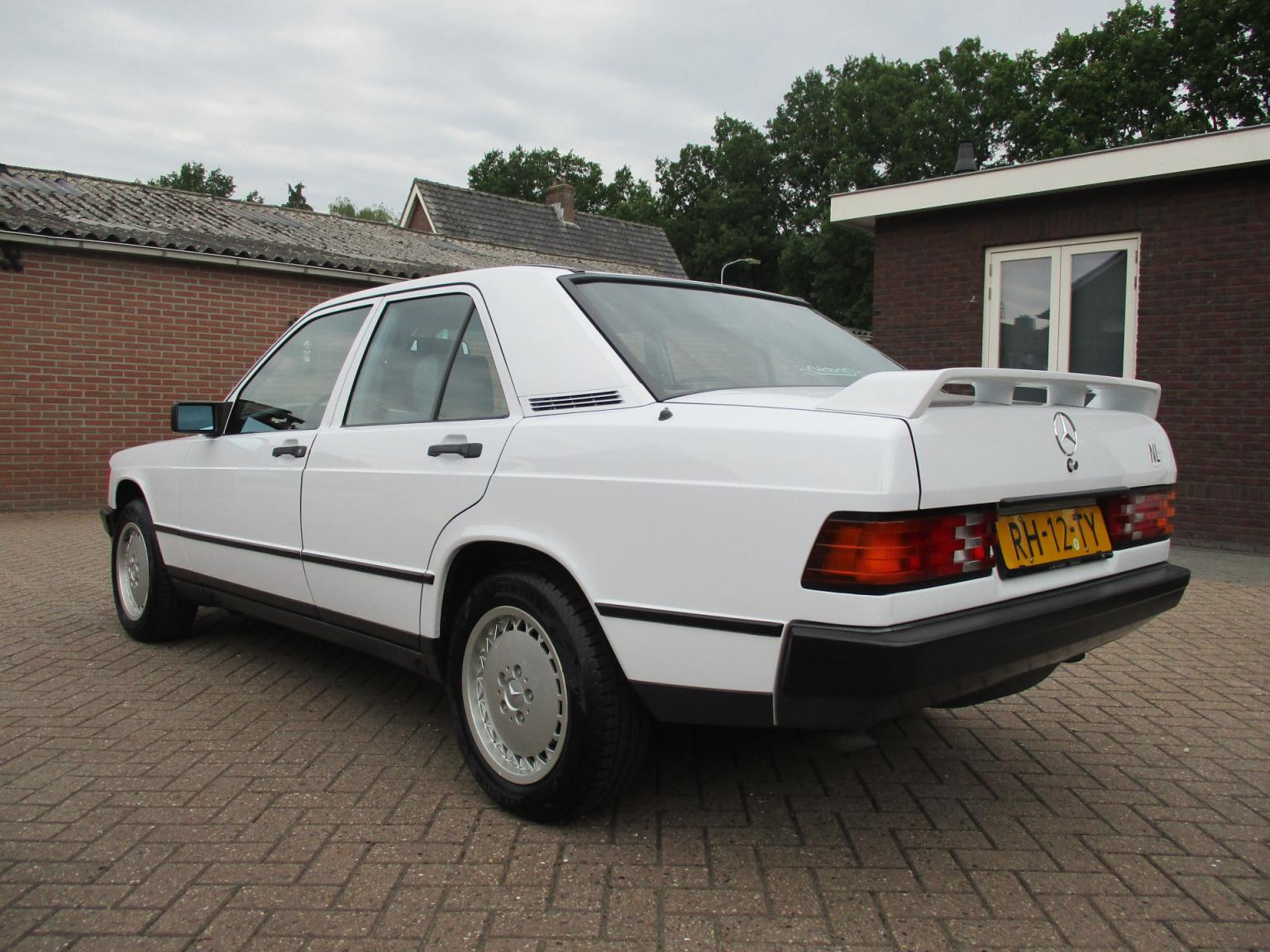 Mercedes-Benz-190-12